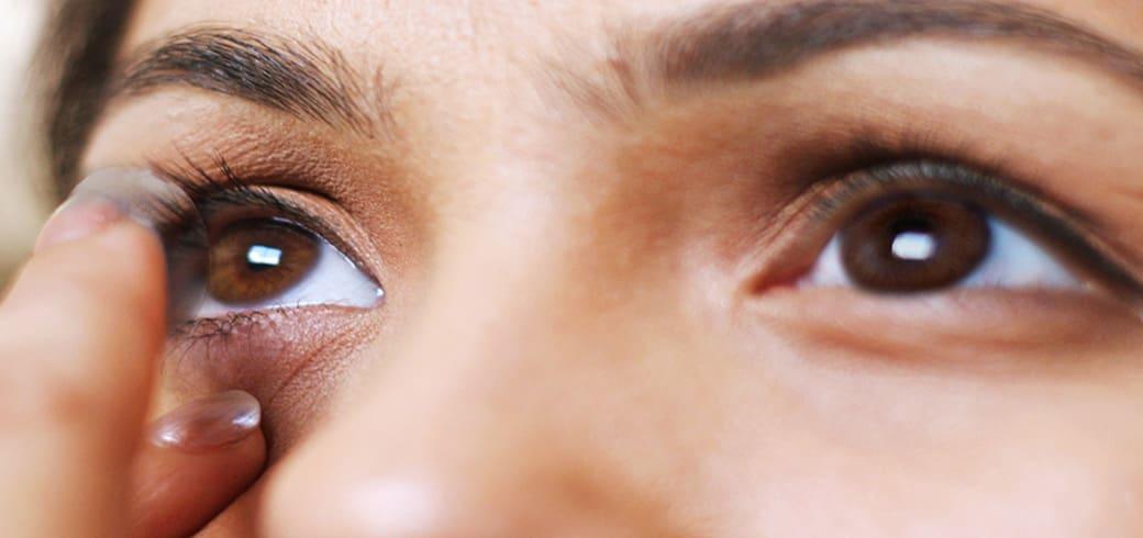 Як правильно надягати і знімати контактні лінзи?